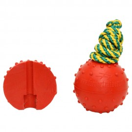 Interessanter Hundeball aus Gummi  für Spiele im Wasser mit Schäferhund