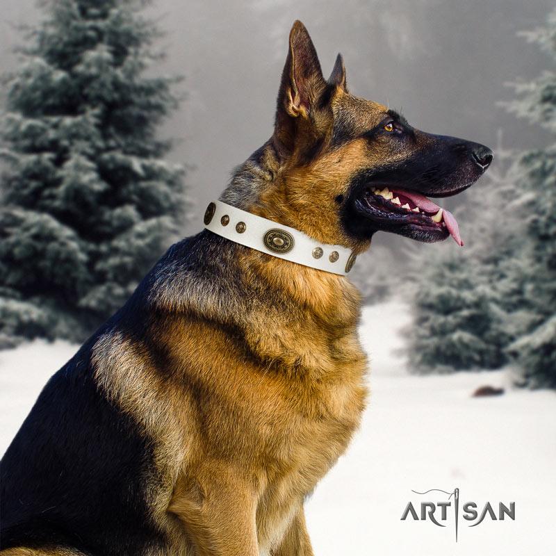 Genietetes Lederhalsband in weiß für Schäferhunde